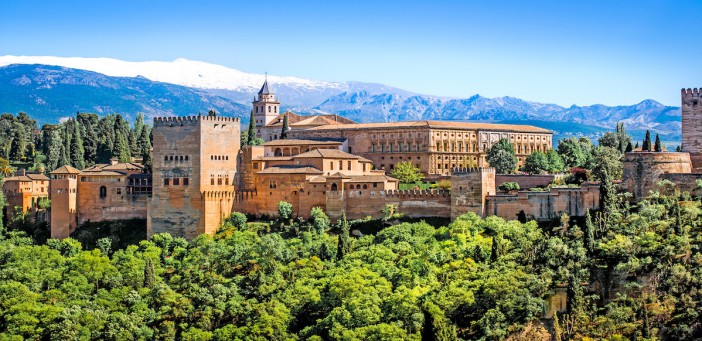 Blick auf die Alhambra mit Sierra de Nevada